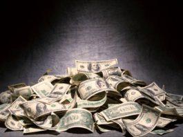 Известного узбекского певца лишили лицензии за «купание» в долларах
