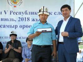 Премьер наградил именными часами кыргызстанцев, внесших вклад в животноводство