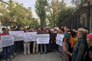 Около ста сторонников Албека Ибраимова собрались возле Бишкекского горсуда (фото)
