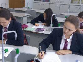 Мини-юбки могут запретить в школах Казахстана
