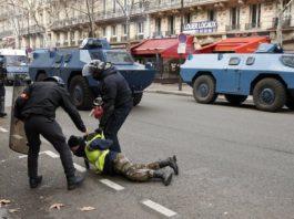 Протесты «желтых жилетов» в Париже: столкновения, задержания и слезоточивый газ