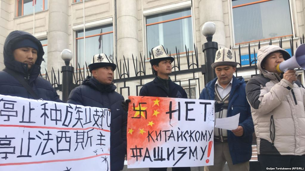 этнические киргизы протестуют