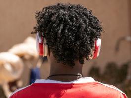 ВОЗ: более миллиарда человек могут потерять слух из-за громкой музыки в наушниках