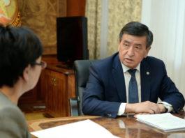 Президент КР обратил внимание министра образования на низкое качество учебников