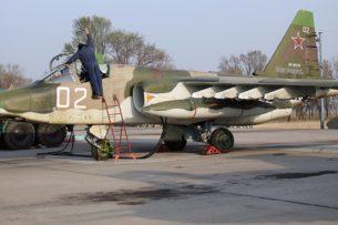 Российские штурмовики Су-25СМ применили авиационные бомбы и ракеты на учениях в горах Кыргызстана