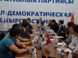 Алмазбек Атамбаев сложил с себя полномочия председателя и приостановил членство в СДПК