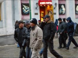 «Киргизов с руками отрывают» — репортаж с первой московской ярмарки вакансий для мигрантов