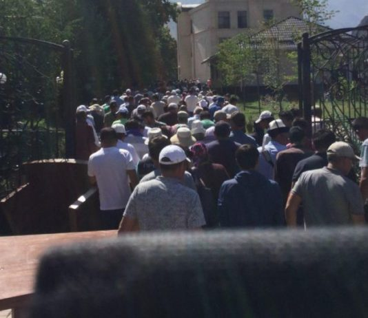 Штурм особняка Атамбаева продолжается
