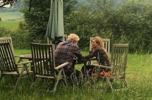 Премьер -министр Великобритании живет  с незамужней женщиной. Кто она и что говорят британцы?