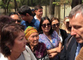 Алмазбека Атамбаева оставили под арестом до 26 августа