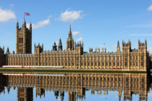 Британский парламент официально приостановил работу