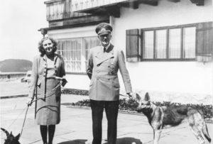 В Германии на аукцион выставили вещи Гитлера и Евы Браун