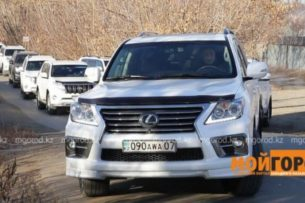 Кортежем из 60 джипов отметил мужчина развод в Казахстане
