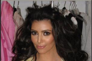 Ким Кардашьян показала способ увеличить грудь с помощью скотча