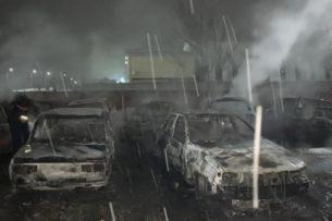 Восемь машин подожгли на штрафстоянке в Казахстане