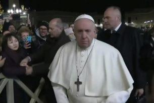 Папа римский ударил женщину на праздновании Нового года