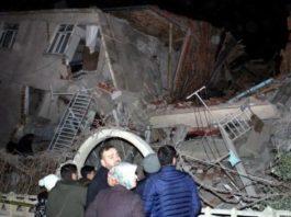 В Турции спасатели вытащили из-под завалов 39 человек после землетрясения. Число погибших достигло 22 человек