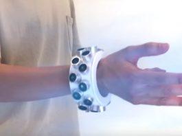 Создали браслет, который глушит все микрофоны поблизости