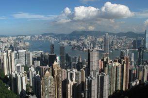 Власти Гонконга решили раздать всем совершеннолетним жителям по 1300 долларов США. Почему?
