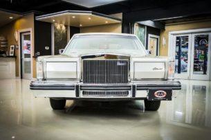 Шикарный Lincoln простоял в гараже 40 лет, потому что умирали владельцы