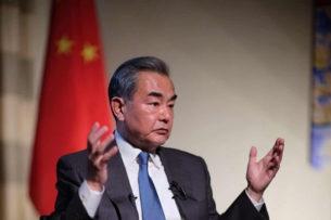 США давят на Huawei, боясь стремительного развития компании — глава МИД Китая Ван И
