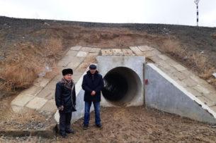 Жители казахстанского села, чтобы куда-то попасть, проходят через подземную трубу