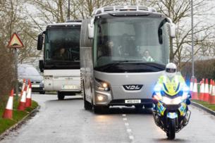 Как в Британии встретили эвакуированных из Китая: Без паники и столкновений (Фото)