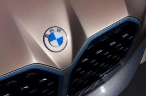BMW представила новую эмблему