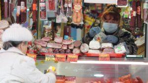 Эксперт исключил возможность заражения коронавирусом через продукты