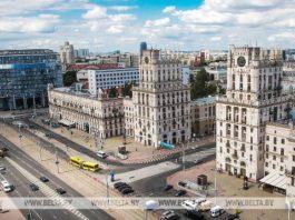 Православные священники окропили Минск святой водой с вертолета. Врачи Беларуси требуют жестких карантинных мер