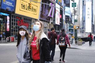 На улицы Нью-Йорка вывезли авторефрижераторы для тел погибших от коронавируса: фото и видео