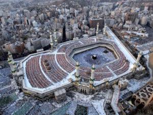 Власти Саудовской Аравии запретили проводить молитвы в главных мечетях Мекки и Медины