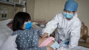 Ученые не зафиксировали случаев передачи COVID-19 от матери к ребенку