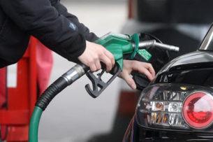 Зачем нужно трогать автомобиль перед заливкой топлива и другие странные правила заправок