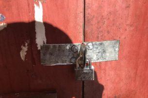 На замок закрыли подъезд вместе с жильцами в Караганде