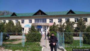 Силовики дежурят у поликлиники в селе Береке. Алматинская область, 19 апреля 2020 года.