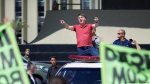 Президент Бразилии Жаир Болсонару 19 апреля выступает перед демонстрантами