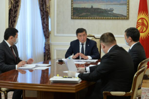 Сооронбай Жээнбеков обсудил вопросы борьбы с коронавирусом с мэром Бишкека и главой Чуйской области