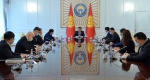 Президент Кыргызской Республики Сооронбай Жээнбеков сегодня, 14 апреля, встретился с Торага Жогорку Кенеша Дастанбеком Джумабековым, Премьер-министром Мухаммедкалыем Абылгазиевым и лидерами парламентских фракций страны