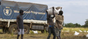 Почти 6,5 млн жителей Южного Судана, а это более половины населения, сталкиваются с дефицитом продовольствия и уже к маю-июню могут оказаться на грани голода. ООН снабжает многих южных суданцев помощью