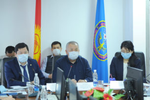 Проблемы с банкоматами в Бишкеке, наказание акима и расследование заражения медиков коронавирусом. Республиканский оперштаб провел совещание