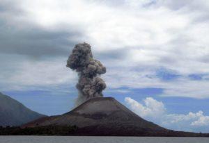 Вулкан на необитаемом индонезийском острове Анак-Кракатау проснулся еще вечером 10 апреля