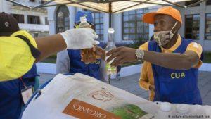 Настойку из полыни, на основе которой изготовлен Covid Organics, на Мадагаскаре продают на розлив