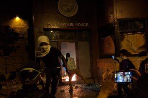Беспорядки в Миннеаполисе: протестующие сожгли полицейский участок
