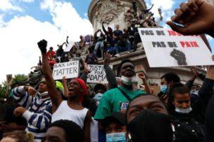 Протесты в Лондоне и Париже переросли в столкновения с полицией