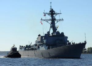 Китайцы взяли американский эсминец в кольцо и начали гонять по морю