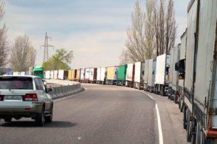 Тут творится такой беспредел: Водители – дальнобойщики возмущены затором на кыргызско-казахской границе