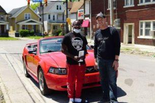 Подросток 10 часов убирал свой район после протестов. Ему подарили автомобиль и предложили стипендию