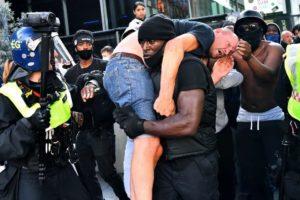 Фото темнокожего, спасающего белого националиста, разошлось по Сети. Теперь герой объяснил, зачем это сделал