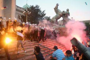 В Белграде противники повторного введения карантина попытались взять штурмом парламент